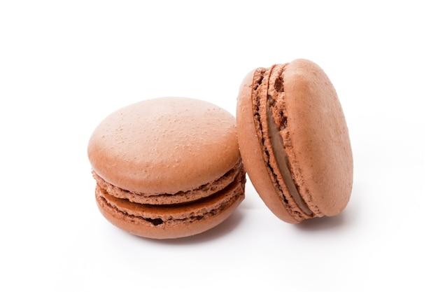 白で隔離されるフランス色のマカロンクッキー