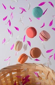 デザートにフランスのカラフルなマカロン