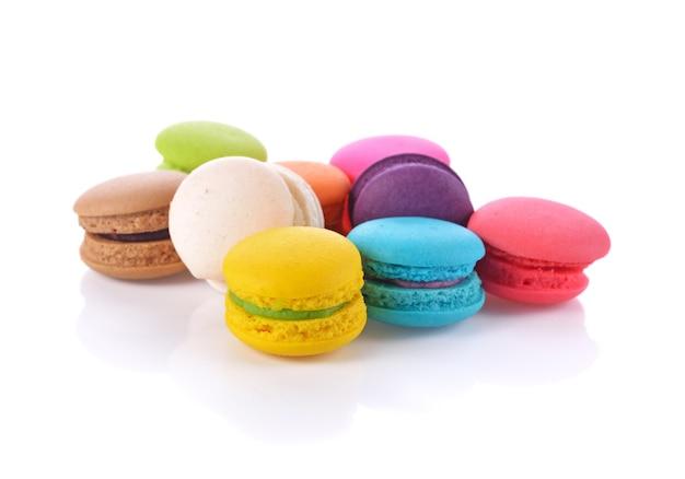 Французские красочные macarons, изолированные на белом фоне