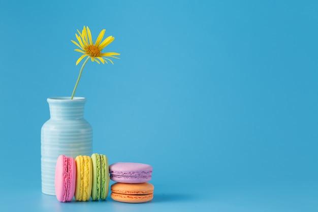 花とフランスのカラフルなマカロン