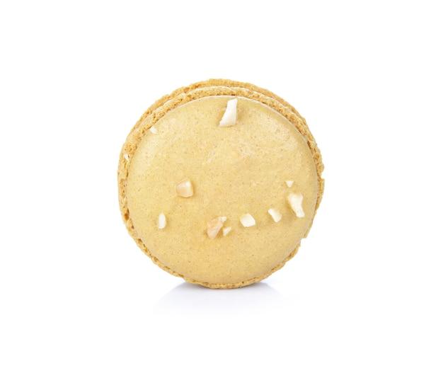 Французские красочные миндальное печенье, изолированные на белом фоне