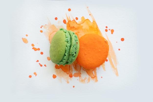 水彩画の背景、上面図にフランスのクッキーマカロン