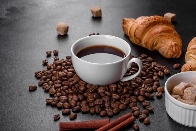 Французский круассан с чашкой ароматного кофе