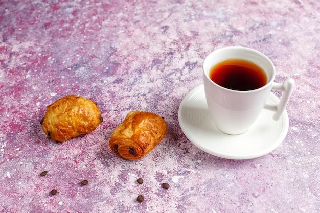 Croissant francesi al cioccolato.