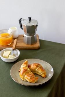 フランスのクロワッサン。ペストリー。朝ごはん。郷土料理。ベジタリアンフード。