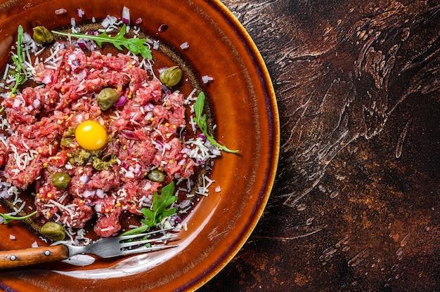 フランス料理生卵黄を使った牛肉のタルタル。