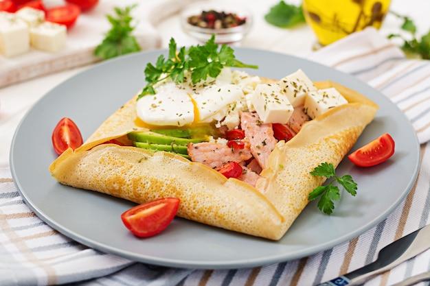 フランス料理。朝食、昼食、スナック。卵をかぶったパンケーキ