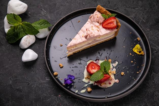 トップレストランのプレートにレイアウトされたフランスのデザート