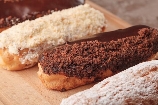 フランスのエクレア。コーヒー用のチョコレートとクリームのエクレア。コーヒーブレイクのお菓子