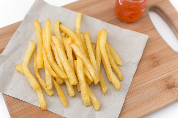 소스 평면도와 커팅 보드에 프랑스 튀긴 감자.