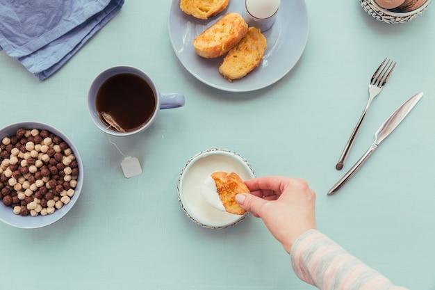 차, 삶은 계란, 신선한 요구르트를 곁들인 프렌치 프라이드 토스트. 맛있는 농부 아침 식사. 플랫 레이