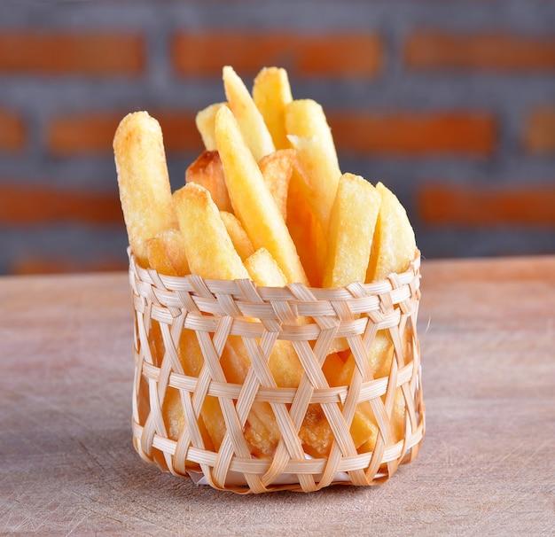 Картофель фри на деревянных фоне