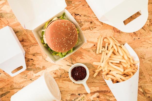 Patatine fritte; hamburger e patatine fritte su fondo di legno con testo