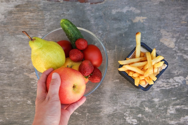Картофель фри, фрукты, овощи, концепция выбора правильного питания или нездоровой пищи