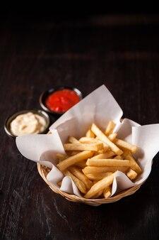 Картофель фри в корзине с соусом