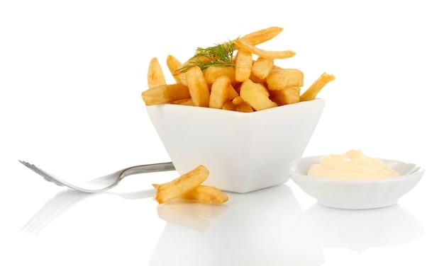 Картофель фри в миске, изолированные на белом фоне