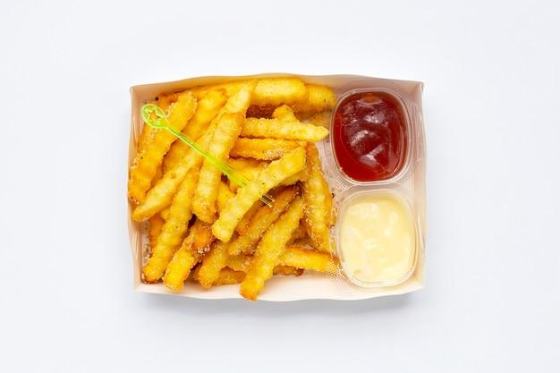 흰색 바탕에 종이 상자에 감자 튀김입니다.