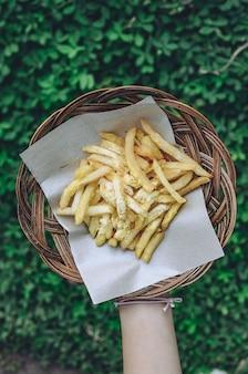 대나무 접시에 감자 튀김