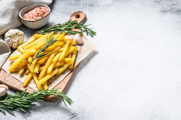 Картофель фри на разделочной доске, жареный картофель