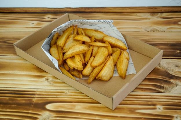 Картофель фри на столике в ресторане