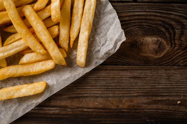Картофель фри на деревянном столе