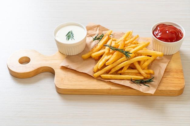 사워 크림과 케첩을 곁들인 감자 튀김 또는 감자 칩 프리미엄 사진