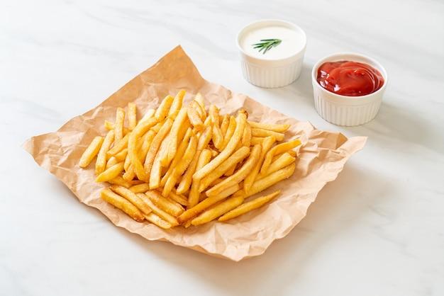사워 크림과 케첩을 곁들인 감자 튀김 또는 감자 칩