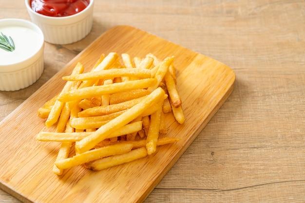 フライドポテトまたはポテトチップスとサワークリームとケチャップ