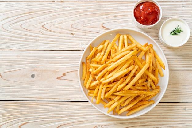 Картофель фри или картофельные чипсы со сметаной и кетчупом