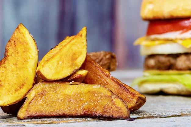 ハンバーガーカツレツとチーズトマトのフライドポテト