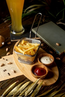 Patate fritte con ketchup e maionese