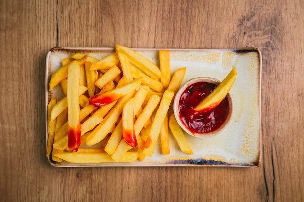 Картофель фри с кетчупом на тарелке