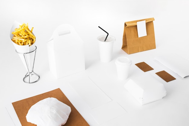 小包と廃棄カップ付きフライドポテト