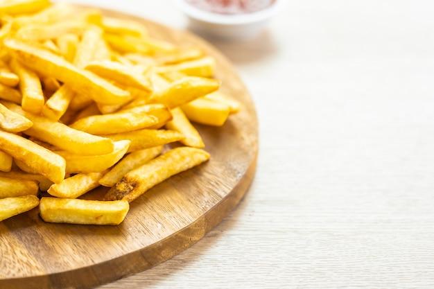 Картофель фри с томатным или кетчуповым соусом