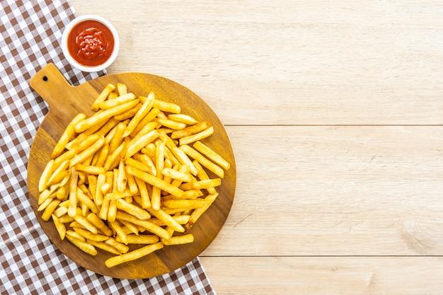 토마토 또는 케첩 소스와 감자 튀김