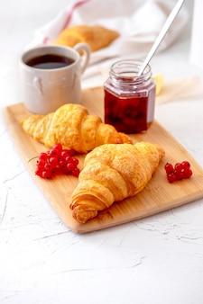フランスの健康的な朝食、ベリー、クロワッサン、コーヒー