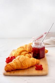 ベリー、クロワッサン、ジャムを使ったフランスのヘルシーな朝食