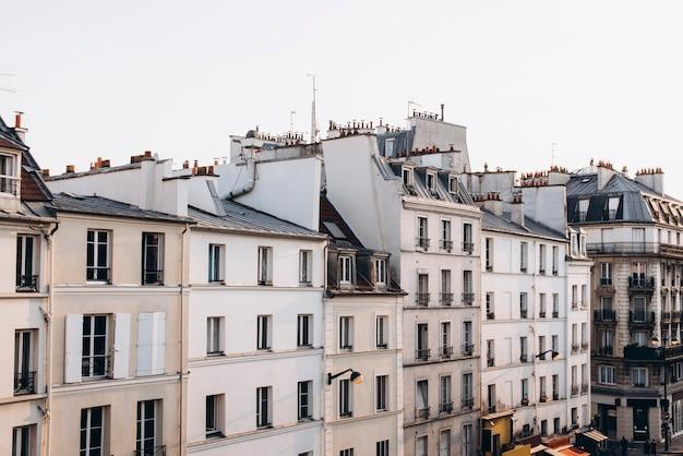 Французские дома с балконами и окнами многоквартирные дома париж франция