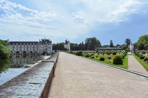 Французский замок долины луары, охватывающий реку шер замок шенонсо, франция, июль