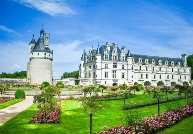 Замок французской долины луары, охватывающий башню сада реки шер и главное здание в летний день
