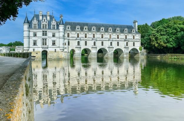 Замок французской долины луары над рекой шер отражение в реке в летний день