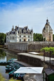 Замок французской долины луары над рекой шер. вид с озера в летний день.