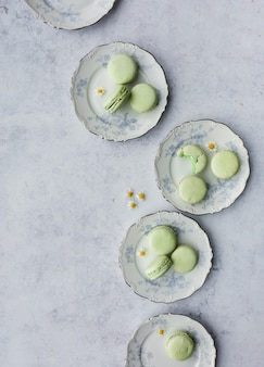 丸皿の上にフランスのマカロン