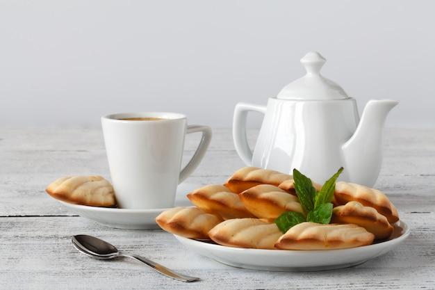 一杯のコーヒーとフランスのマドレーヌ