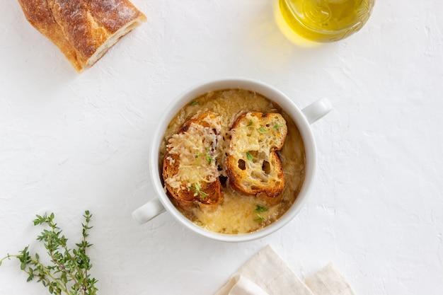 トーストとチーズのフレンチオニオンスープ。フランス料理。ベジタリアンフード。