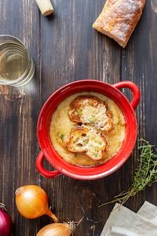 Французский луковый суп с тостами и сыром. французская кухня. вегетарианская пища.