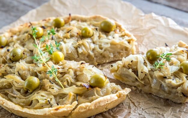 Французский открытый луковый пирог на бумаге для выпечки