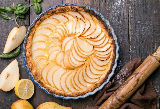 フランスの洋ナシのタルトまたは新鮮な洋ナシのフルーツのパイ