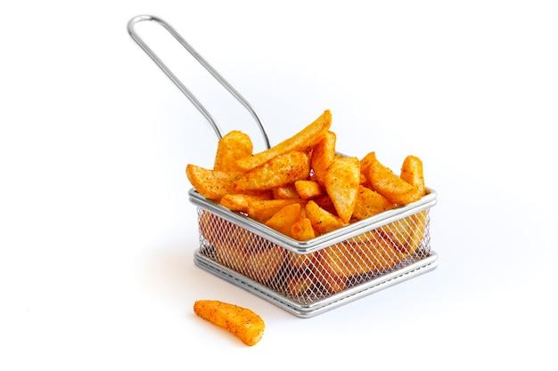 Французский картофель в жареной корзине с железом на белом фоне