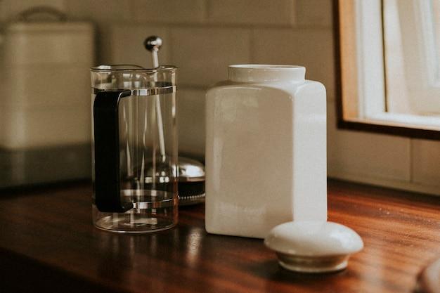 キッチンでの朝食にフレンチプレスコーヒー